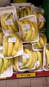 Bananen in Schale und Folie verpackt-absurd